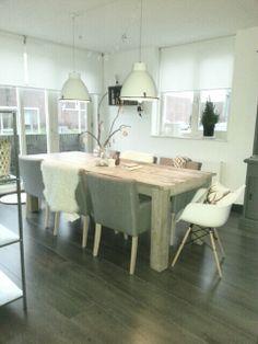 La table en bois avec pattes massives et les lampes de style industriel