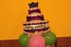 Palloncini per festa con torta. Baloons art. Composizione palloncini di compleanno.