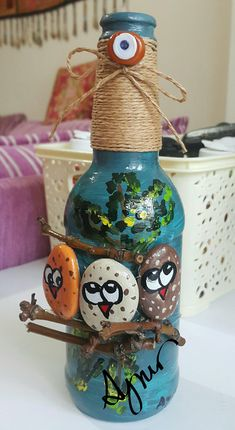 Cam şişe süsleme Plastic Bottle Art, Glass Bottle Crafts, Wine Bottle Art, Diy Bottle, Chalk Paint Mason Jars, Painted Mason Jars, Tin Can Crafts, Rock Crafts, Paint Pens For Rocks
