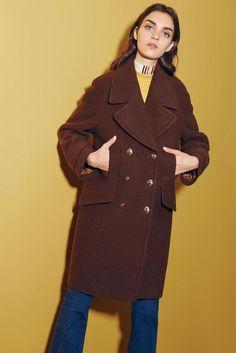 Das exklusive BAZAAR-Piece der neuen Herbst/Winter-Kollektion von EDITED the label: ein schokoladenbrauner Mantel mit goldfarbenen Knöpfen