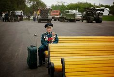 Konstantin Cronin, soldado de 86 anos que lutou na 2ª Guerra Mundial, espera solitariamente seus colegas no parque Gorky durante o Dia da Vitória em Moscou, na Rússia, em 9/5/11. Ele se senta nesse banco todos os anos nesse dia, mas na ocasião, foi o único da unidade a ir.