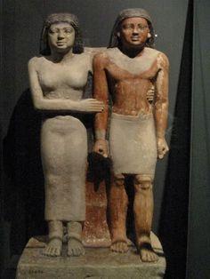 Escultura realizada en caliza.  Un gesto de cariño y protección aparece aquí representado por parte de la mujer que abraza tiernamente al hombre. Esta actitud se repite en algunas esculturas, ejemplo de ello es la que se halla en el museo de antigüedades egipcias de El Cairo: el enano (Seneb) y la princesa.  (Amairani Aguilar)