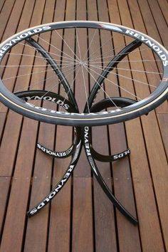Mesa feita com rodas de bicicleta. Interessante!