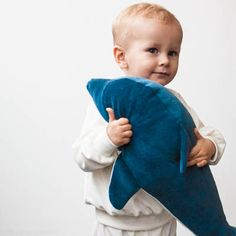 A sewing pattern, to make this cute stuffed dolphin. Dagmar loves to cuddle and to eat un-popped popcorn. No idea why, but mine do. Dagmar loves hugs and is pretty big and huggable, in fact she or …
