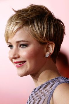 Jennifer Lawrence cheveux courts coupe garconne