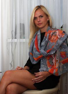 Шелковый шарф `Маки`. Алый цвет маков в сочетании с серым-цветом маковых семян..  Эффектный , Универсальный стильный шарф - подойдет как нарядный аксессуар и к шубе, и к пальто, дополнит и украсит повседневную одежду.