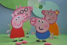 Família Peppa Pig para colocar na mesa do bolo.    Seus tamanhos são:  Mamãe e Papai 16 cm e  Peppa e George 12 cm.    Não vendo separados.    Eles são feitos com material de scrapbook, com gramatura 180 gramas. Preparados para ficarem pé.    100% artesanal.