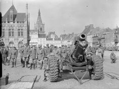 BRITISH ARMY FRANCE 1940 (F 3972)   An 6-inch howitzer being inspected by General Georges and senior officers of the French and British armies at Orchies, 23 April 1940.