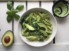 Goddelijke pasta met avocado en zelfgemaakte groene pesto