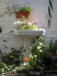 Reciclar muebles del baño para jardinera