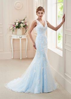 Affezione olympus, collectie 2016. Dit seizoen de grote mode een trouwjurk in een pastel kleur. Het onderkleed van deze jurk is hemels blauw. Prachtig in combinatie met de kanten bovenlaag. Kijk ook hoe mooi de rug uitkomt op dit tere doorzichtige weefsel. Een kleine sleep maakt het helemaal af.