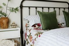 40 Beautiful Spring Bedding Ideas For Your Bedroom. The majority of their bedding is left up to off at this time! Thus, make sure before you want to renew your bedding, you've collected many. Bold Pillows, Bed Springs, Sofa End Tables, Apartment Decor, Farmhouse Bedroom Decor, Bed, Mattress Design, Champagne Bedroom, Bedroom