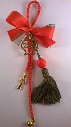 Χειροποίητο γούρι με λαδί φούντα, κόκκινο κορδόνι, επίχρυσα στοιχεία, κοκκινο και πράσινο φιογκάκι.