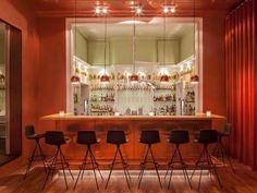 Whiskey en goede cocktails bestel je bij American style bar Apt. in Amsterdam in het oude Odeon! Ontdek deze en meer hotspots in de Amsterdam City Guide >>