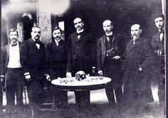 A group of physicians posing with the human remains of Marshall Antonio José de Sucre / Un grupo de médicos junto a los restos del Mariscal Antonio José de Sucre (Quito, Ecuador, 1900).