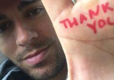 Enrique Iglesias muestra su mano tras cirugía reconstructiva