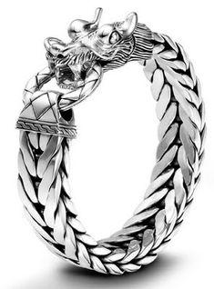 Companía de joyas, John Hardy , ha introducido dos pulseras para los hombres en el tiempo para el Día del Padre.