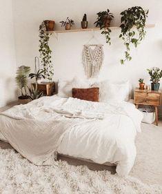room decor Boho white - Bedroom design idea with plant ledge Bohemian Bedroom Decor, Boho Room, Bedroom Inspo, Home Bedroom, Modern Bedroom, White Bohemian Decor, Hippie Bedrooms, Master Bedroom, Bedroom Decor Natural