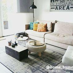 Meubels om je woonkamer sfeer te geven? Bekijk onze top 10 mooiste woonkamers voor inspiratie  #woning #stijl #woonkamer #wit #groen #grijs #okergeel #muur #tafel #vloerkleed #mooi #inspiratie #bank #wonen #top10 #interieur #interieurstyling #binnenkijken #gezellig #lamp
