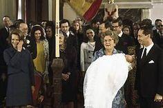 Koningin Juliana houdt haar kleinzoon Carlos vast tijdens de doop in het Franse Lignieres.