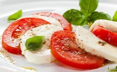 Simple & Delicious Caprese Salad: Tomatoes, mozzarella, basil - fabulous flavors coming together in one very easy salad! Real Food Recipes, Great Recipes, Yummy Food, Favorite Recipes, Healthy Recipes, Healthy Food, Ketogenic Recipes, Holiday Recipes, Mozarella