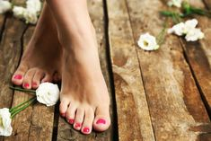 Natural Beauty: 2 DIY Foot Scrub Recipes – Loren's World Let's give our feet a little love after a long summer in sandals with these two DIY brown sugar and peppermint foot scrub recipes. Coconut Oil Uses, Get Happy, Oils For Skin, Feet Care, Diy Beauty, Spa Manicure, Diy Pedicure, Sugar Scrubs, Natural Beauty