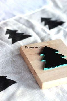diy uit rubberblad kerstboom knippen en op houten blokje plakken heb je een leuke stempel