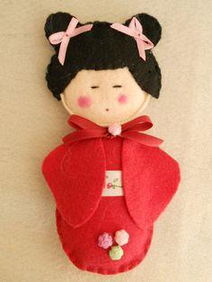 kokeshi doll to make into a bookmark Felt Crafts, Fabric Crafts, Sewing Crafts, Diy Crafts, Felt Fabric, Fabric Dolls, Paper Dolls, Felt Embroidery, Kokeshi Dolls