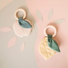 When life gives you lemons 🍋⠀ So in love with these baby accessories from . Handmade Baby, Handmade Toys, Baby Toys, Baby Sense, Diy Bebe, Baby Crib Mobile, Baby Couture, Baby Teethers, Diy