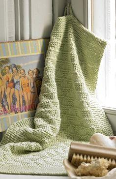 Af to nøgler garn kan du strikke det fine, lille gæstehåndklæde med mønster af trekanter i ret og vrang