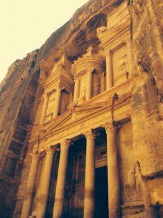 """BeschreibungPetra ist eine berühmte archäologische Stätte in der südwestlichen jordanischen Wüste. Die Hauptstadt des einstigen nabatäischen Königreichs geht in etwa auf das Jahr 300 v. Chr. zurück. Der Zugang durch eine enge Schlucht namens Al Siq führt zu Grabstätten und Tempeln, die in rosafarbene Sandsteinklippen gehauen wurden und der Stadt so den Spitznamen """"Die Rote"""" verliehen. Ihr wohl berühmtestes Gebäude ist der 45 m hohe Khazne al-Firaun, ein Tempel mit verzierter Fassade im… Big Ben, Iphone Wallpaper, Beautiful Places, To Go, Wildlife, Architecture, Building, Outdoor, Nature"""