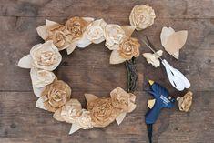 Kaunis kranssi paperiruusuista Burlap Wreath, Wreaths, Home Decor, Decoration Home, Door Wreaths, Room Decor, Burlap Garland, Deco Mesh Wreaths, Home Interior Design