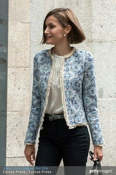 Queen Letizia shows off her style credentials in Madrid The Spanish monarch was seen arriving for a meeting with the Spanish Association Against Cancer (AECC) in Madrid, Spain. Chanel Jacket, Casual Outfits, Fashion Outfits, Moda Casual, Over 50 Womens Fashion, Queen Letizia, Elegant Outfit, Work Wardrobe, Mode Style