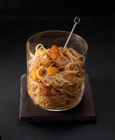 122 - Ensalada tibia de noodles, langostinos y mango, Cuece unos noodles según las instrucciones del fabricante. Aparte, pasa por la plancha unos langostinos (puedes utilizarlos cocidos, pero quedan más jugositos a la plancha).  Corta un mango en trocitos y pásalos por la misma plancha por donde pasaste los langostinos (nada, un toquecito). Monta la ensalada como en la imagen o añádele canónigos. Para aliñar: salsa de soja.