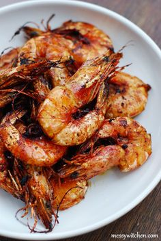 ASSAM PRAWNS (TAMARIND FRIED PRAWNS) = Adapted from Nyonya Flavours 500g fairly large while prawns, deveined, washed and drained well 80g tamarind pulp 1/2 T salt 1/2 T sugar 1/2 T dark soy sauce 125ml oil for frying ====