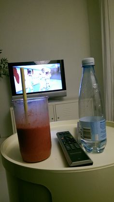 Smoothie og vand foran skærmen