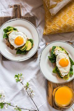 Wiosenne tosty z awokado i jajkiem sadzonym. Zdrowa i nieskomplikowana propozycja śniadaniowa. Zdrowe przepisy. Przepis na fit śniadanie. Healthy Lifestyle, Easy Meals, Eggs, Lunch, Healthy Recipes, Baking, Breakfast, Fitness, Diets