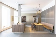 bulthaup wood island with aluminum tall cabinets. Beautiful combination of cold and warm materials, with the perfect accent of Carl Hansen & Son chairs. Kitchen Showroom, Kitchen Interior, Home Interior Design, Interior Architecture, Bulthaup Kitchen, Booth Seating, Kitchen Dining, Dining Table, Furniture Design