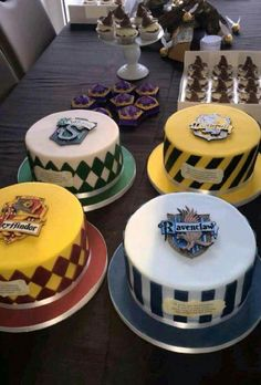hogwarts house cakes cupcakes - gift ideas for Harry Potter fans! - hogwarts house cakes cupcakes – gift ideas for Harry Potter fans! Harry Potter Torte, Harry Potter Desserts, Harry Potter Birthday Cake, Harry Potter Bday, Harry Potter Food, Harry Potter Wedding, Harry Potter House Colors, Decors Pate A Sucre, Peach Cake