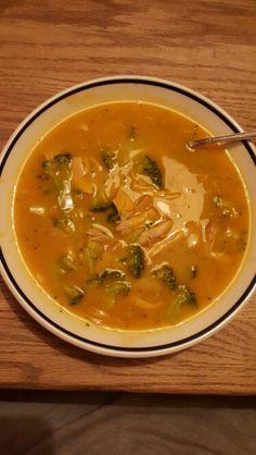 Gezonde kip/pompoen soep.  - 2 grote kippenbouten  - 2 kipbouillonblokjes+peperkorrels +zout+1 teen knoflook+1ui. - Dit rustig gaar laten trekken.  - 1ui + 3 kleine aardappelen + 1 pompoen in olijfolie even aanbakken.  - de bouillon van de kip gebruiken om het pompoen mengsel te garen. - kip van het bot halen. - pompoen pureren tot soep. - kip erbij, 1 broccoli in roosjes erdoor. - afmaken met even.  crème fraise/koriander.  - eet smakelijk