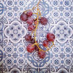 Agosto sem #uvas não sabe a verão. #consumirlocal #produçãolocal #produtoslocais #comidalocal #mercadomunicipaldesilves #tradicaoalimentar  #grape #fruit #food #tiles #pattern #portugal #azulejos #tileaddiction