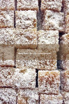 Ongol-Ongol Hunkwe - bouchées indonésiennes aux haricots mungo et coco râpée •100 g noix de coco râpée  •½ cc de sel •650 de l'eau •75 g de sucre de fleur de coco pour moi •½ cc de sel •100 g de farine de haricot mungo (indonésien: tepung hunkwe)