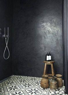 Idée décoration Salle de bain Une belle douche à l'italienne en béton ciré noir et un sol en carreaux d