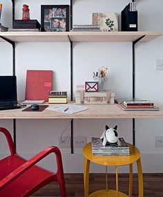 Sem grana para um revisteiro de design? Arrume sua coleção de revistas sobre a mesa lateral. É simples e organizado. Projeto da arquiteta Gabriela Marques