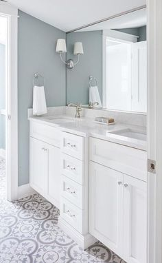 Gray And White Bathroom. locate ideas and inspiration for Gray And White Bathroom to grow to your own home. #grayandwhitebathrooms