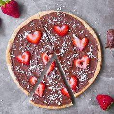 Chocolate dreams dessert pizza with strawberry hearts. With Valentine's Day right around the corner why not spoil your loved one(s) with this decadent dessert? Head over to @chocolatecoveredkatie for recipe details.