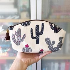 Just finished my first-ever petal pouch! - I'm planning on making a whole bunch more of these… Diy Sac, Diy Bags Purses, Cactus Decor, Fabric Bags, Crochet Bags, Girly Things, Cosmetic Bag, Sewing Projects, Coin Purse