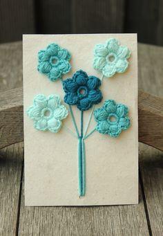 Plat bosje bloemen haken | draadenpapier | Gratis patroon van Mamachee Leuk in combinatie met gestempelde bloemen.