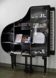 Original #librería y #estantería de un viejo #piano.  #decoracionhogar #reciclar #vintage #ideasoriginales
