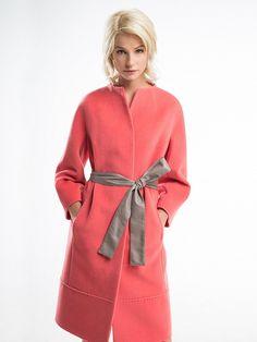 Женственное элегантное пальто приталегающего силуэта с фигурной цельнокроеной стойкой, выполнено из ворсовой ткани. Изделие имеет рукав  кимоно, потайную застежку на пуговицы и кнопки и съемный пояс из искусственной кожи. Пальто украшено декоративной тамбурной строчкой. Прекрасный выбор для женственных и элегантных особ,                                      арт. 3013543p00521,                                      состав: Основная ткань: шерсть 95 %, нейлон ...